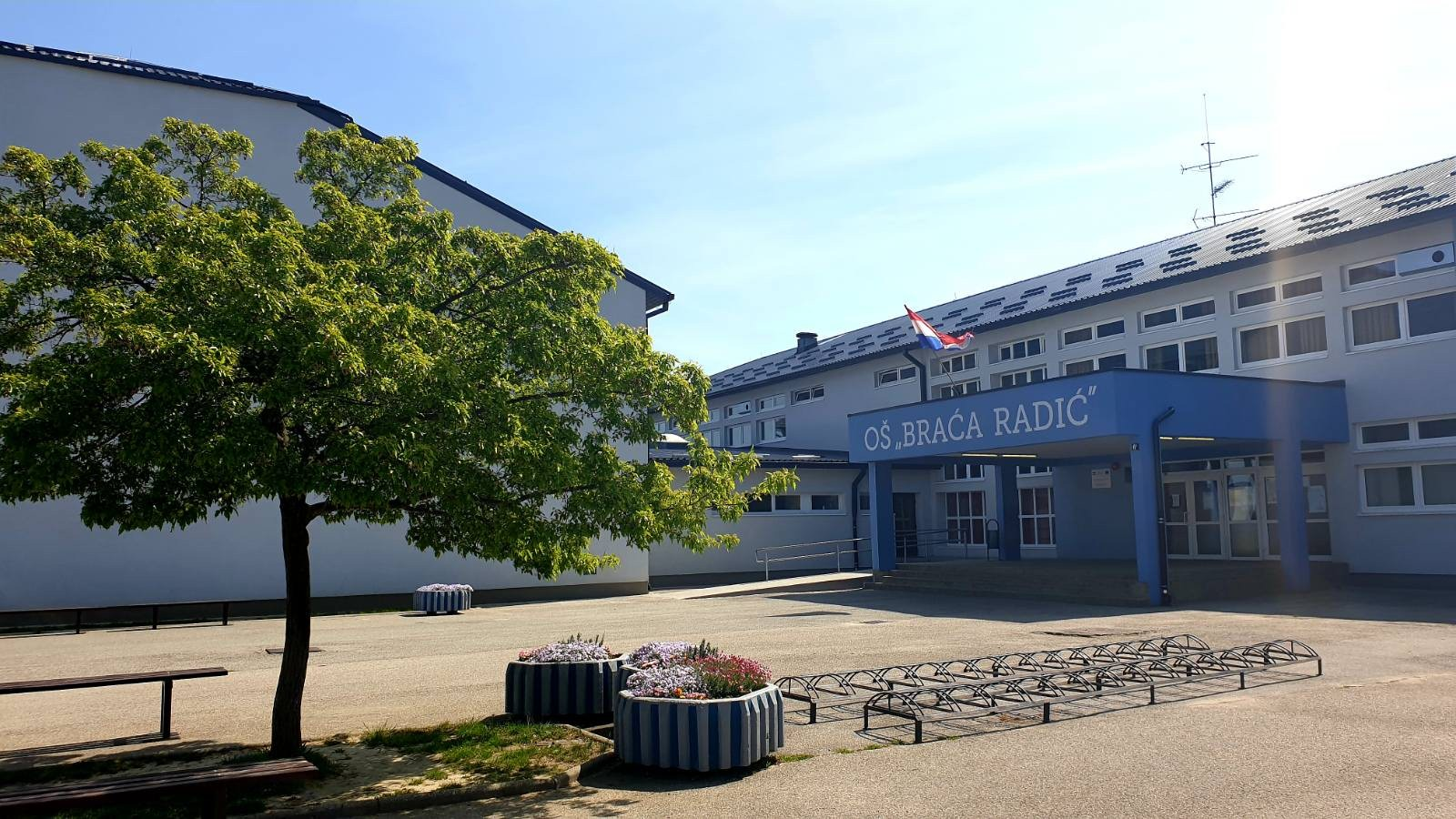 Rascvjetano školsko dvorište u OŠ Braća Radić