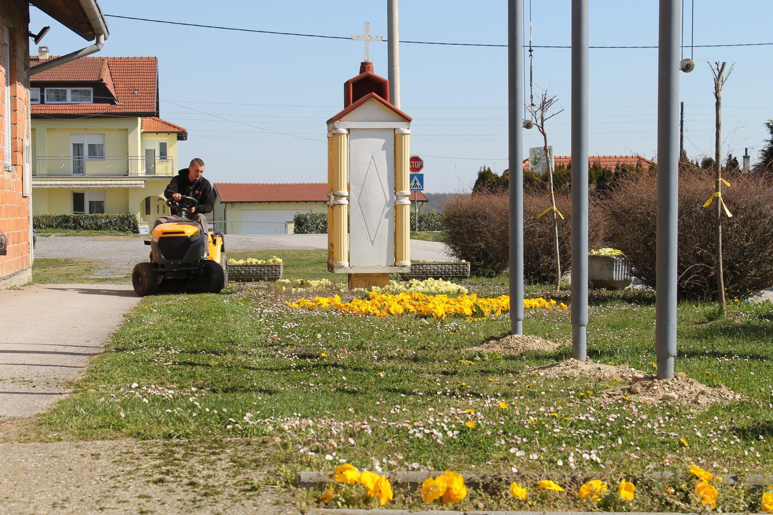 Košnja trave u prigradskim naseljima
