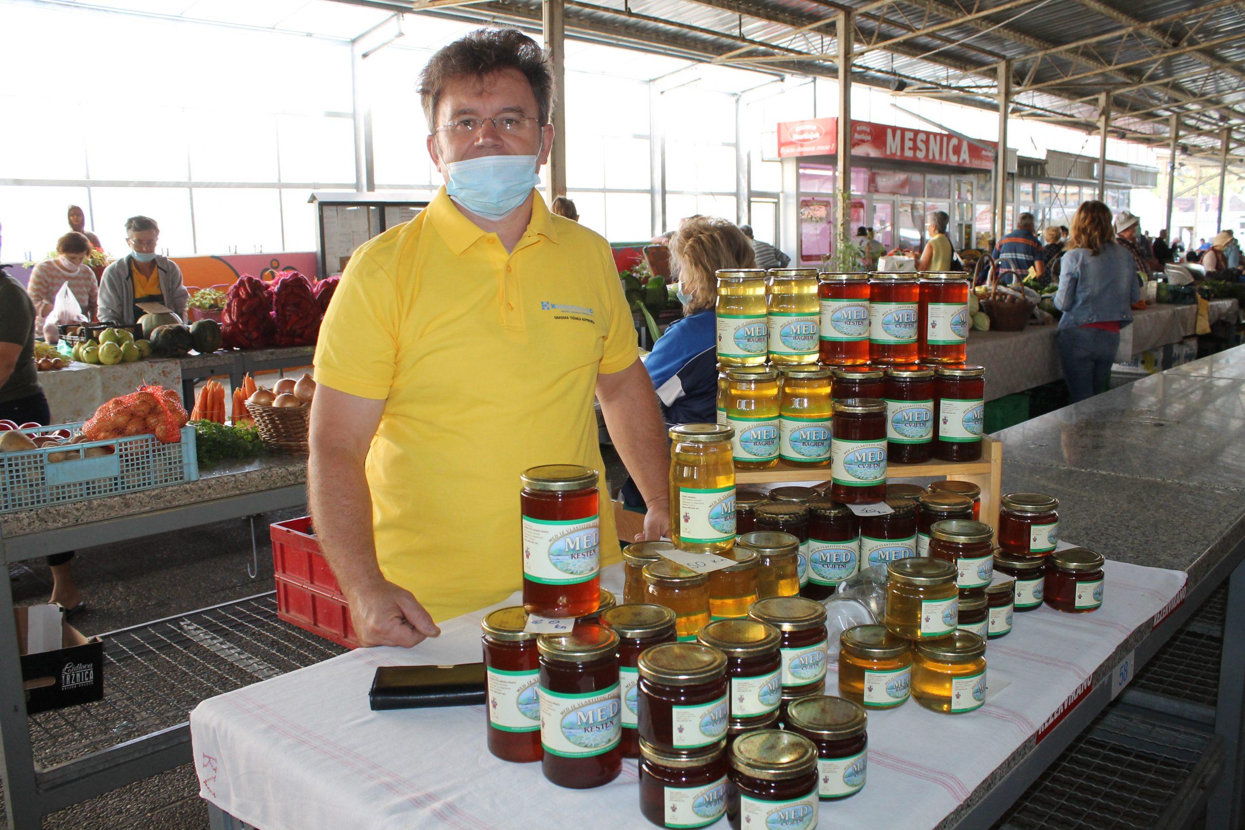Pčelar Zdenko Lončarić poznat je po svojem domaćem podravskom medu kojeg možete kupiti na koprivničkom placu