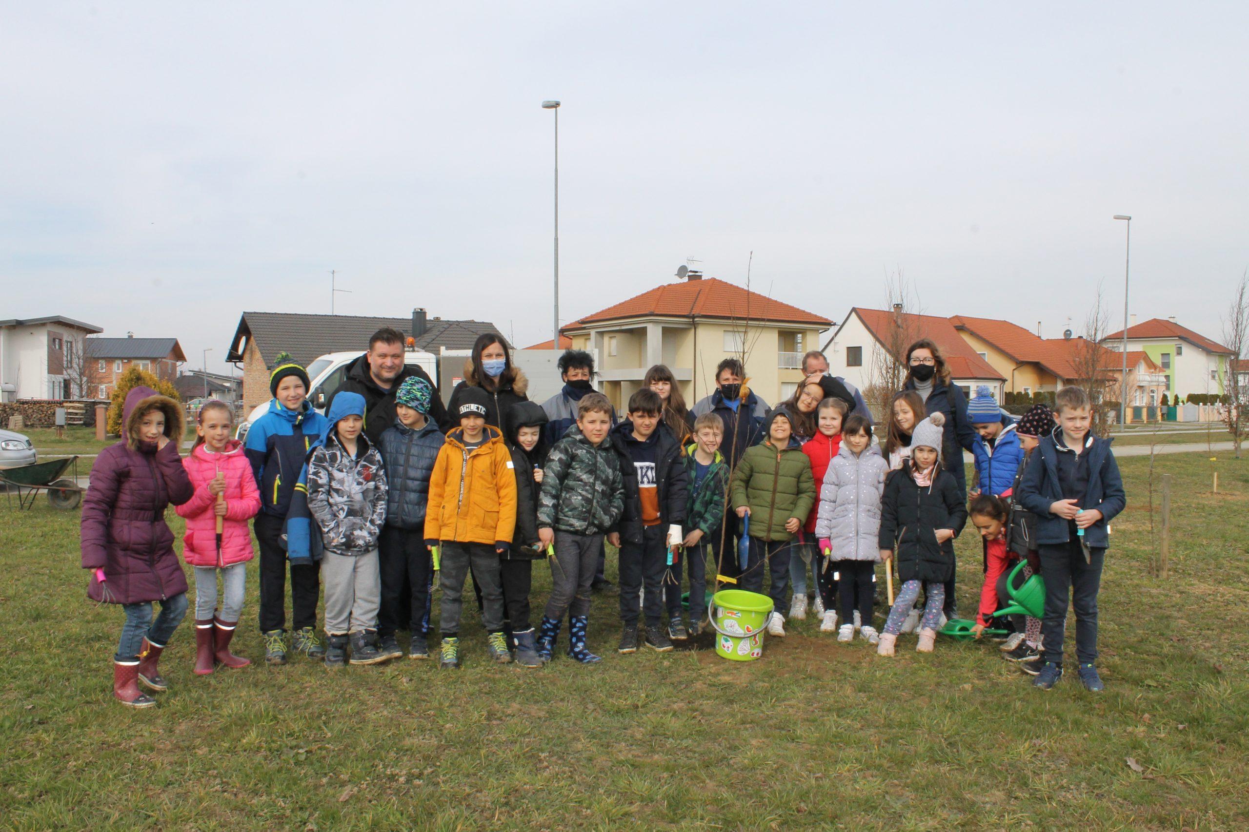 U sadnji stabala danas su nam se pridružili osnovnoškolci, akciju 'Zasadi stablo, ne budi panj' nastavljamo i sutra
