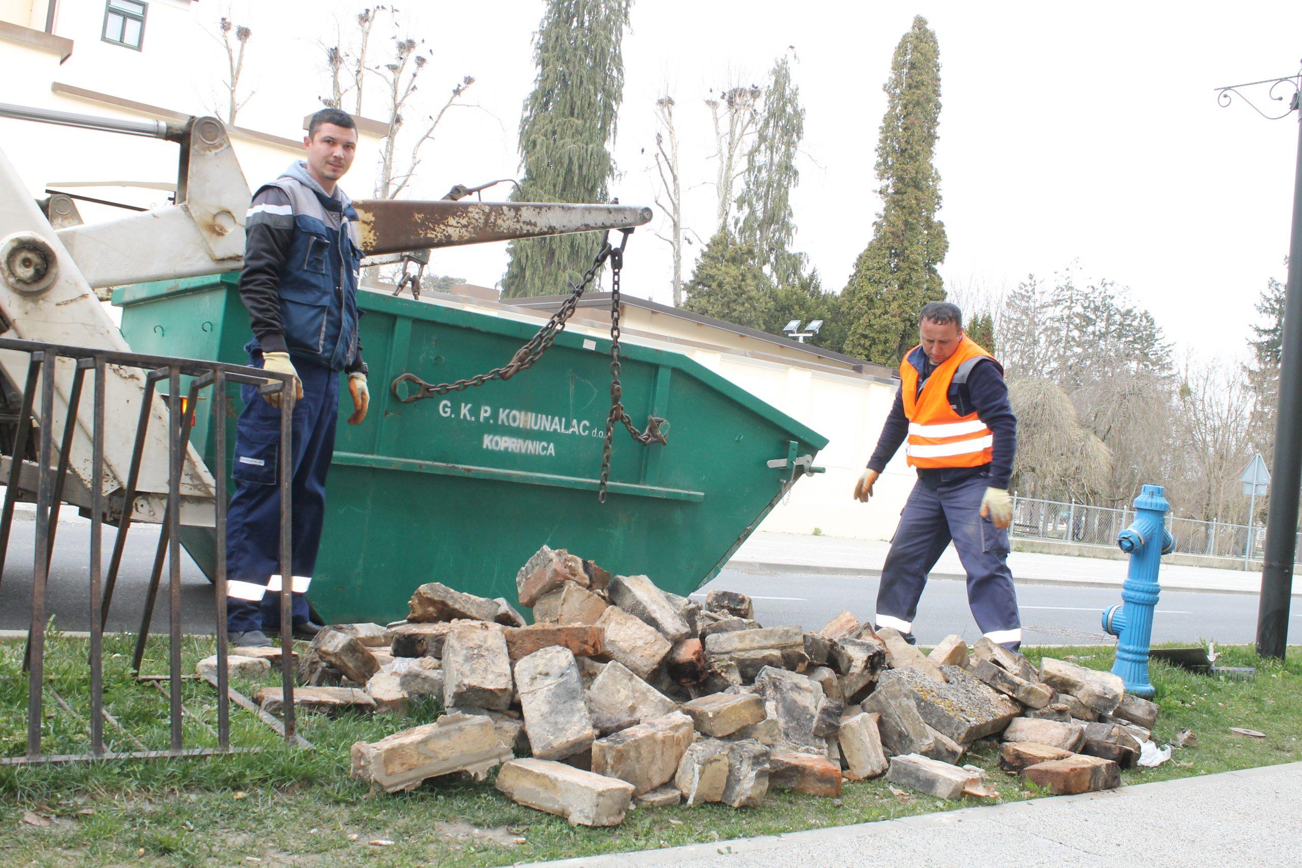 Zaposlenici Komunalca počeli odvoziti materijal od uklonjenih dimnjaka