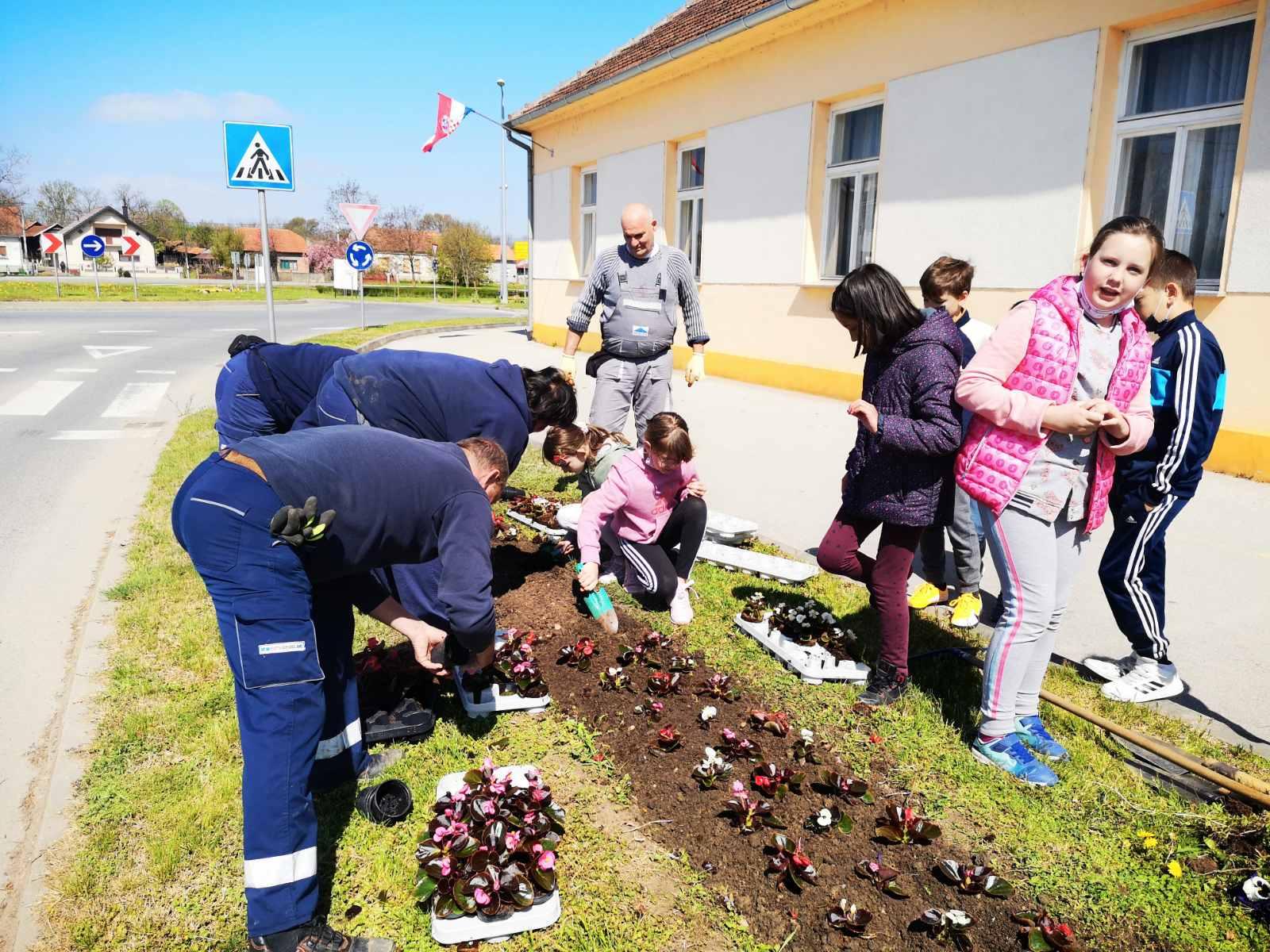 Komunalac uredio cvjetnu gredicu u središtu Đelekovca, općine koja prednjači u odvajanju otpada